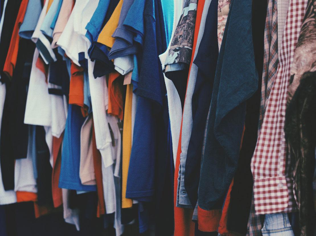 Verschiedene Kleidungsstücke hängen an einer Stange